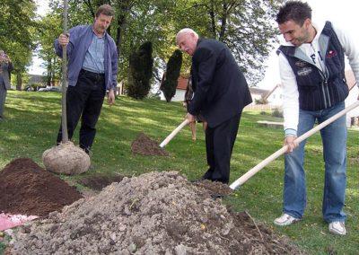 Výsadba památných lip 29.9.2007 - Poslední zastávkou při výsadbě památného stromu byla obec Jankov, v jejímž čele stojí starosta Jan Jílek (vpravo).