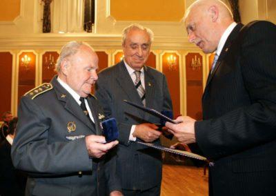 Předání Stříbrných pamětních medailí Jihočeského kraje válečným hrdinům plk. Milanu Malému (vlevo) a Janu Horalovi 7. května 2008 v Jízdárně českokrumlovského zámku. (foto: Petr Zikmund)